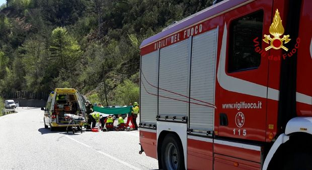 Schianto tra auto e moto sulla strada di montagna: muore il centauro