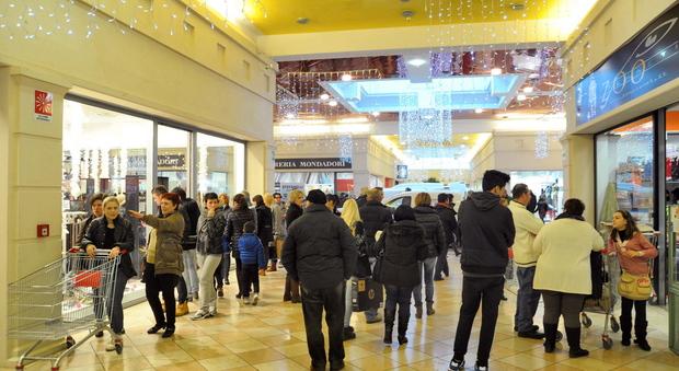 Fattoria e porto gli unici centri commerciali aperti a for Piani unici aperti