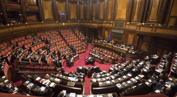 Legge elettorale, i grillini protestano al Patheon, al Senato ci si annoia