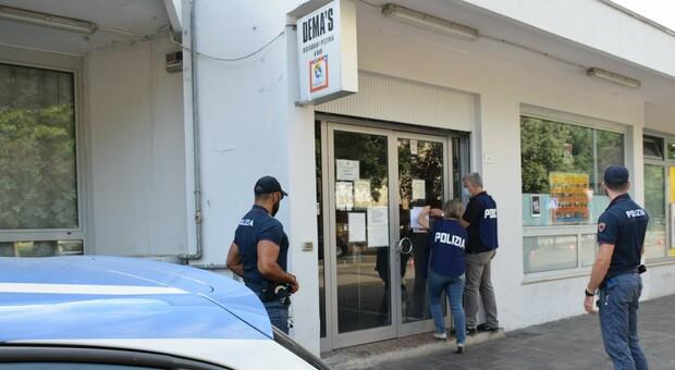 Poliziotti sigillano l'entrata del Dema's Bar