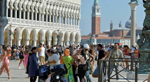 L'assedio dei turisti a Venezia, lunedì erano 80mila