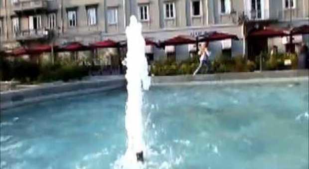 Scambia la fontana per una piscina straniera si immerge tutta vestita - Fontana per piscina ...