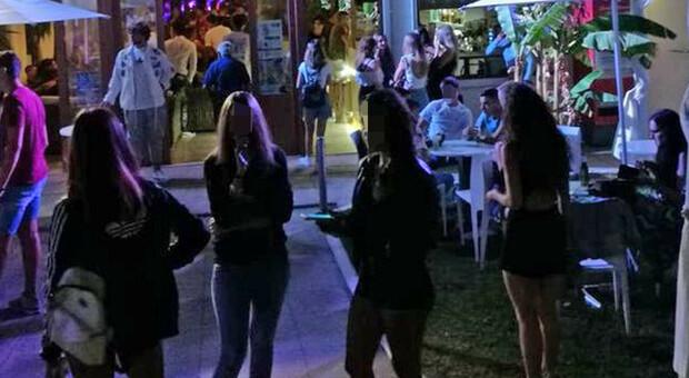 Tam tam social, centinaia di ragazzini invadono Alba Adriatica: birra e falò nella pineta