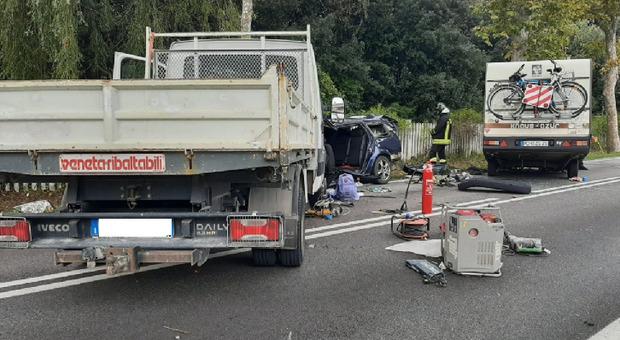 Scontro frontale a Jesolo, autocarro contro auto con roulotte: quattro feriti, due gravi
