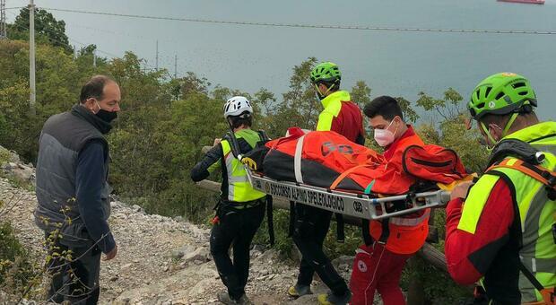 Perde conoscenza lungo il sentiero: soccorsa e trasferita in ospedale