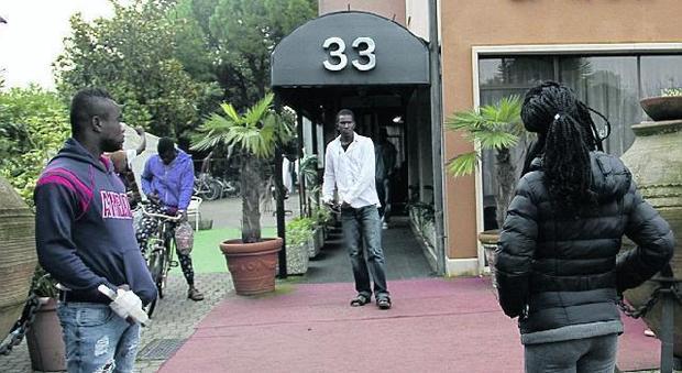 I profughi fuori dell'hotel Byron