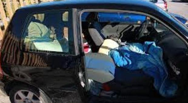 Famiglia sfrattata, ora vive in auto con i 3 bambini piccoli e i due cani
