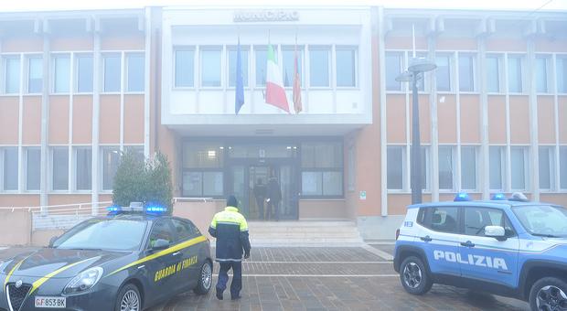 IL BLITZ DI FEBBRAIO Polizia e Guardia di Finanza davanti al municipio di Eraclea