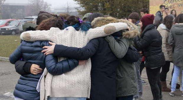 Risultato immagini per immagini di abbraccio collettivo