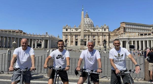 Mourinho alla scoperta di Roma in bici: foto di gruppo a San Pietro assieme al suo staff