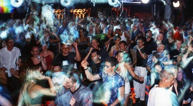 Sabato folle a Bologna: in mille al rave party. Festa in quota anche sul Vesuvio, si cercano i presenti