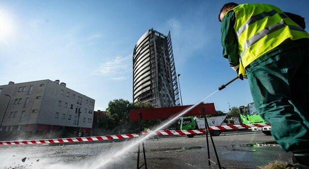 Milano, il grattacielo in fiamme ancora brucia. La rabbia dei condomini: «Doveva essere ignifugo»