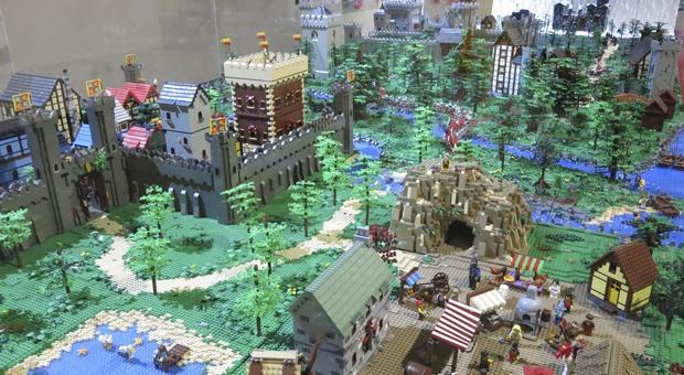 Una composizione Lego in mostra