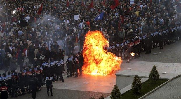 Albania scontri a tirana molotov contro le sedi di for Diretta parlamento oggi