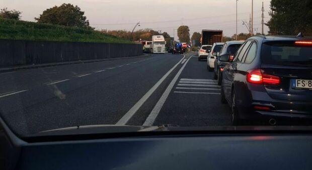 Camion perde il carico in una rotonda della strada Pontebbana, lunghe code e traffico bloccato
