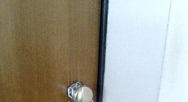 La porta del suo appartamento preso in affitto da un - La porta del diavolo ...