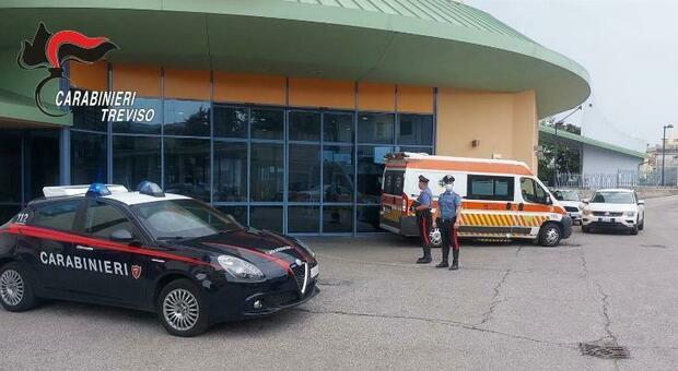 Partorisce in auto assistita dai Carabinieri dopo la telefonata del marito in panico
