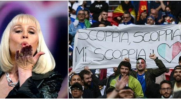 Italia-Spagna, durante il riscaldamento della partita l'omaggio a Raffaella Carrà