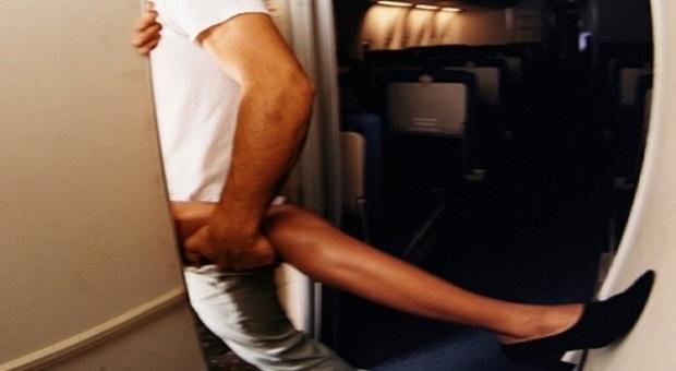 Sesso nel bagno dellaereo il pilota agli altoparlanti: felice