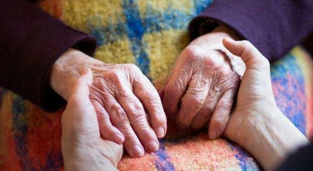 Anziana chiama la polizia: «Sono sola in casa...». E gli agenti le portano una vaschetta di gelato