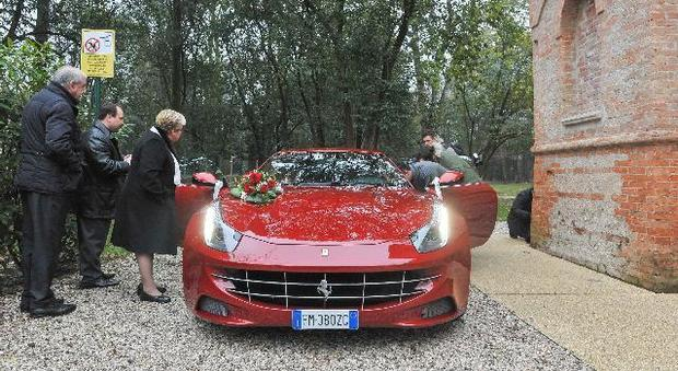 Matrimonio In Ferrari : Ferrari e rose matrimonio in rosso fra l avvocatessa e il