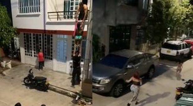 """Sorprende il fidanzato con l'amante: """"l'altra"""" si cala dal balcone in mutande, il video è virale"""