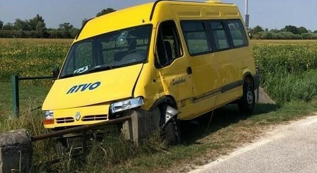 Scuolabus speronato dal camion rifiuti: autista ferito, spavento per l'unico bambino a bordo
