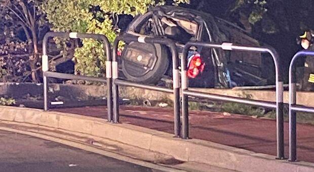 Cà Vio, un'auto nella notte è piombata contro un'abitazione che si affaccia sulla rotatoria