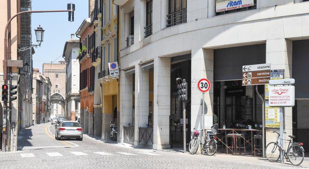 Via Dante vista dall'incrocio con via Verdi e, sullo sfondo, ponte Molino