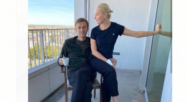 Navalny, la dichiarazione d'amore alla moglie Yulia: «Così mi hai risvegliato dal coma dopo l'avvelenamento»