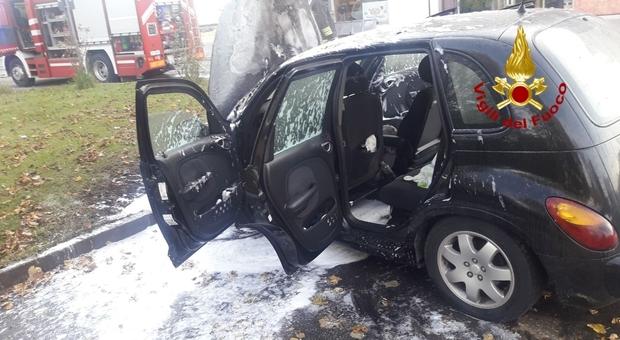 Auto a fuoco: dalle bocchette dell'aria esce il fumo, parcheggia e si salva. Macchina distrutta