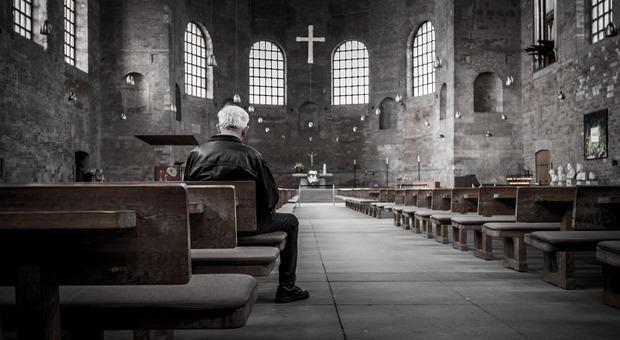 Coronavirus. Messa della domenica delle Palme: in chiesa il parroco e tre fedeli, tutti multati (Foto di Free-Photos da Pixabay)