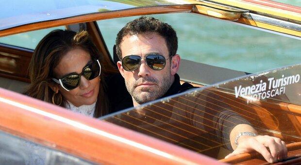 Jennifer Lopez e Ben Affleck a Venezia, il bacio in motoscafo fa impazzire i fan
