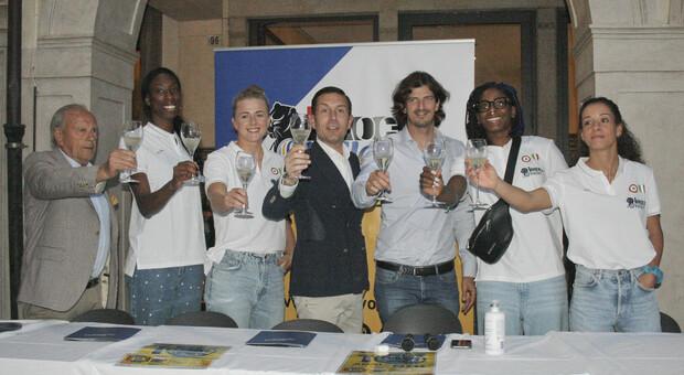 Le pantere Asia Wolosz, Paola Egonu, Miriam Sylla e Monica De Gennaro con i presidenti dell'Imoco Piero Garbellotto e Pietro Maschio