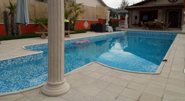 Donna morta nella piscina della sua villa il corpo for Piscinas domesticas