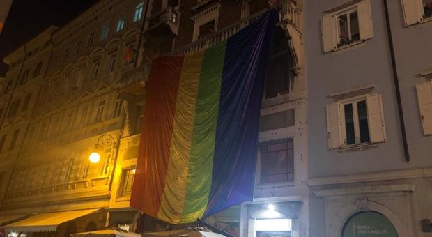 L'enorme bandierone arcobaleno esposto a Trieste