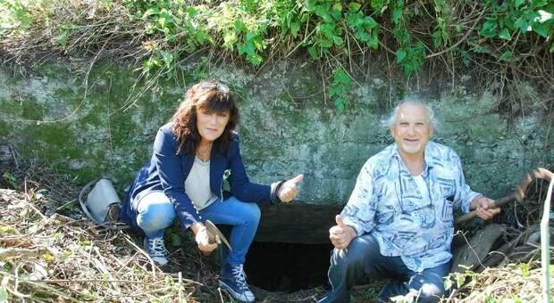 Antonella Terenzi, presidente Ancr e il fotografo Bruno Olivi davanti all'ingresso del bunker