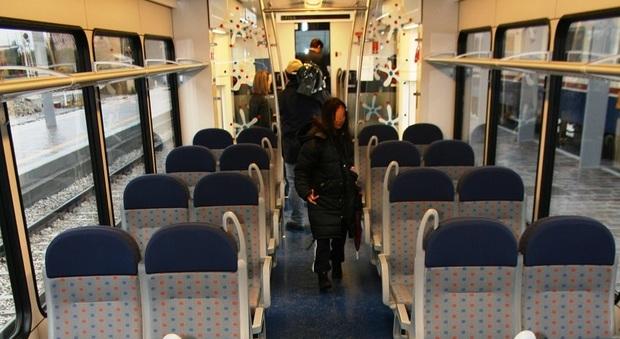 Prima fa bisboccia poi sale in treno con il coltello: panico tra i passeggeri
