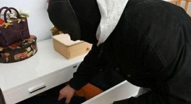 Si nasconde sotto il letto per sfuggire all 39 arresto i carabinieri lo trovano - Lo trovi sotto il letto ...