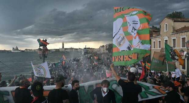 Tifosi del Venezia questa sera in Riva Sette martiri