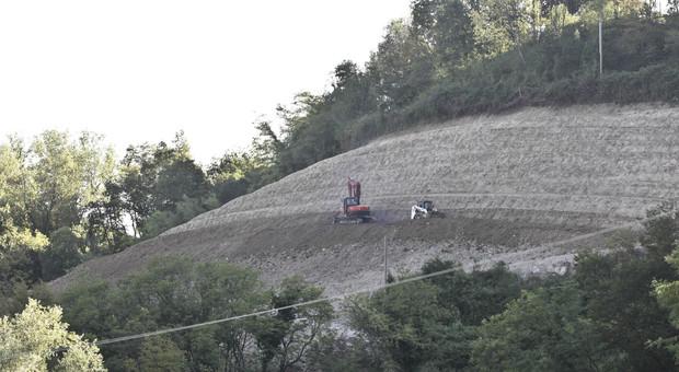 La riva scoscesa a Prapian di Tarzo dove lo sbancamento è stato maggiore