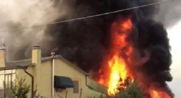 Fiamme altissime e fumo brucia un capannone di 200 metri for Capannone di 300 metri quadrati
