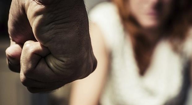 Padre e marito violento: picchiava la moglie e la figlia di soli 2 anni