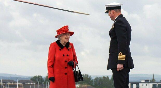 La regina visita la portaerei della Royal Navy, HMS Queen Elizabeth, a Portsmouth