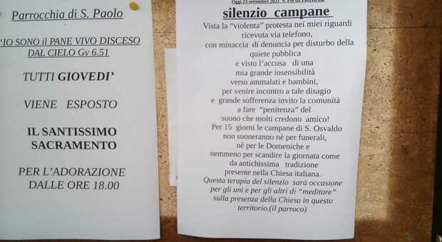 Il cartello affisso dal parroco a Udine