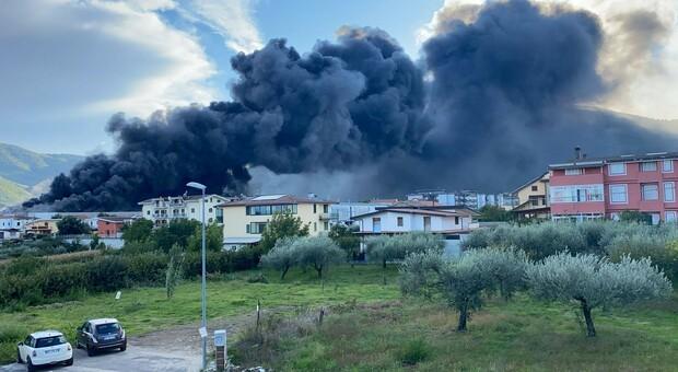 Nube tossica arriva a Napoli, maxi incendio di plastica ad Airola. «Non aprite porte e finestre»