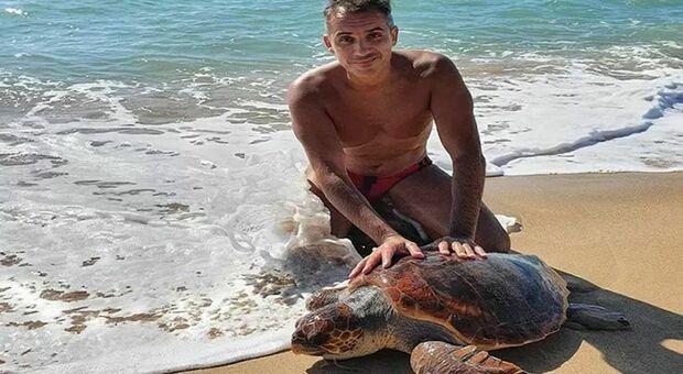 La tartaruga salvata dal carabiniere (immag diffusa da Associazione Nazionale Carabinieri Sezione Carsoli AQ su fb e Giornale di Sicilia)