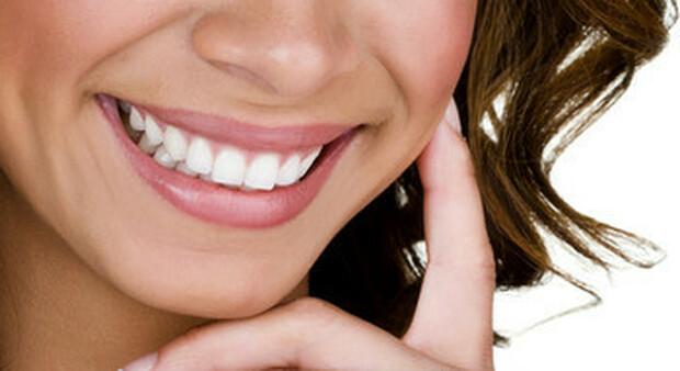 Via le mascherine, gli italiani tornano dal dentista: boom dello sbiancamento