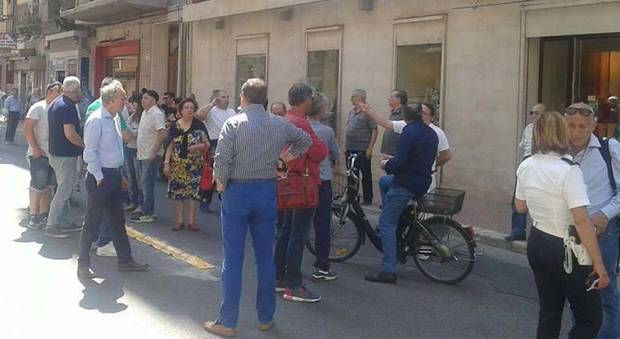 Tiziana Cantone, caos nel giorno dei funerali: i commercianti bloccano la strada della chiesa