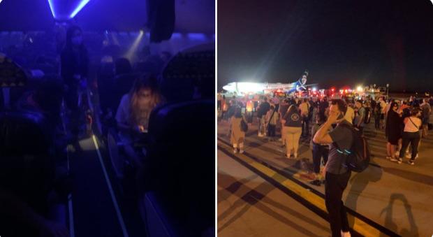Smartphone di un passeggero va a fuoco, evacuato l'aereo: «Sembrava una macchina di fumo»